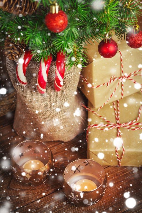 Uitstekende Kerstmisdecoratie op rustieke achtergrond royalty-vrije stock fotografie