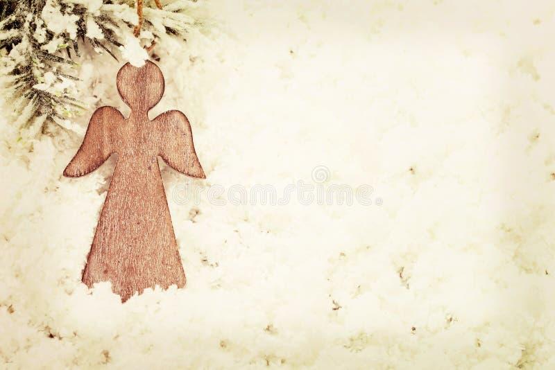 Uitstekende Kerstmisengel op sneeuwachtergrond stock afbeelding