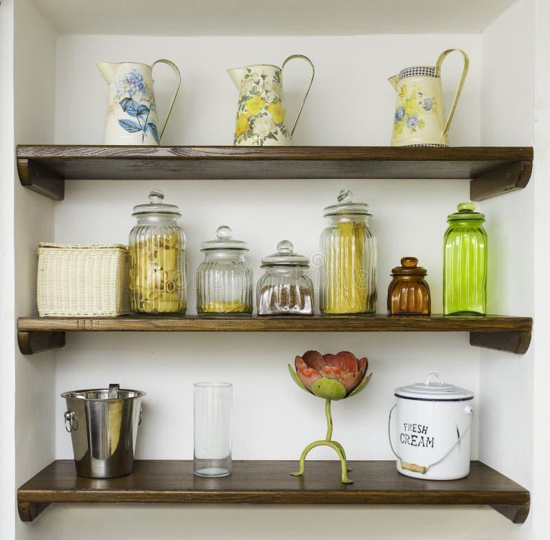 Uitstekende keukenplanken met kruiken, kruiken en potten stock afbeeldingen