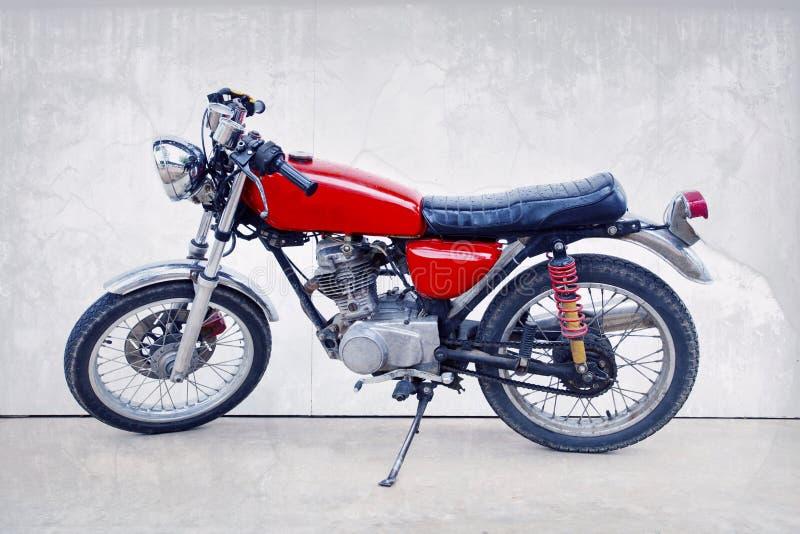 Uitstekende kleurenstijl van oude klassieke motorfiets die zich tegen w bevinden royalty-vrije stock fotografie