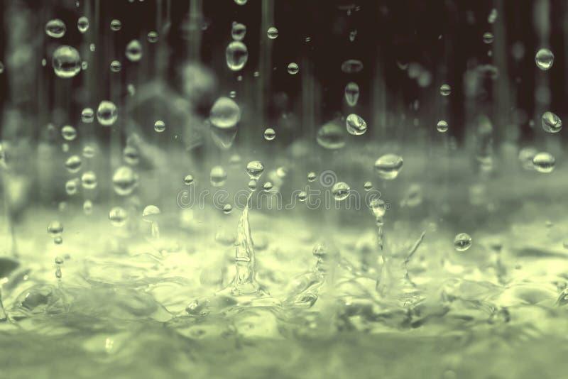 Uitstekende kleurentoon van de dichte omhooggaande daling die van het regenwater aan de vloer in regenachtig seizoen vallen royalty-vrije stock afbeeldingen