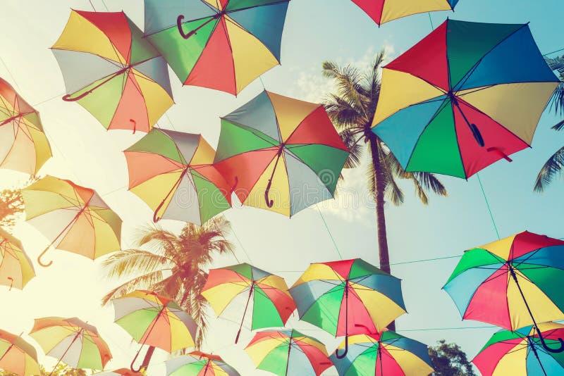 Uitstekende kleurrijke paraplu op zijstrand - festivalpartij in de zomer, royalty-vrije stock afbeeldingen
