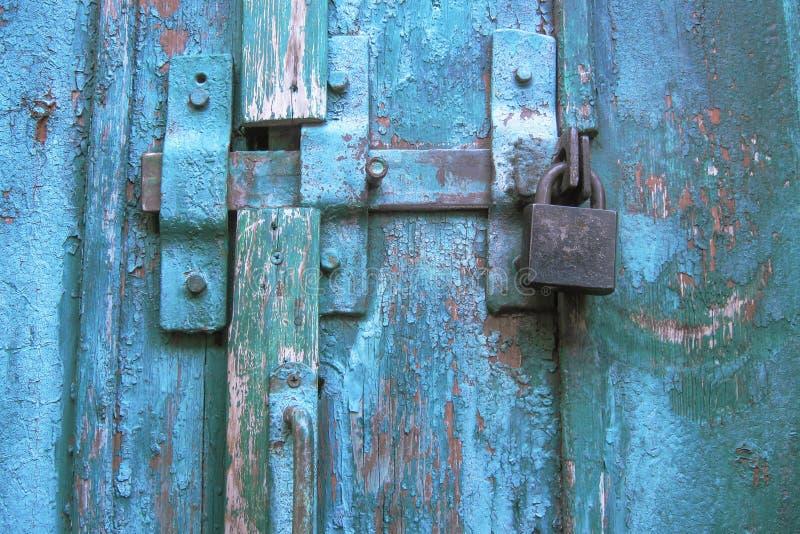 Uitstekende klink en gesloten hangslot op doorstane gekraste houten deur Concept veiligheid en privacybescherming Geweven grunge stock afbeeldingen