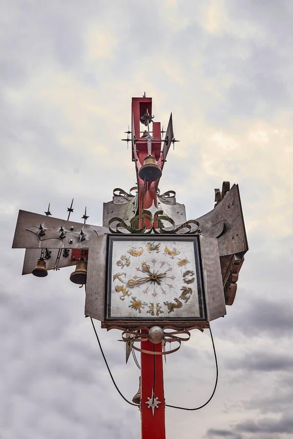 Uitstekende klok bij het station stock foto's