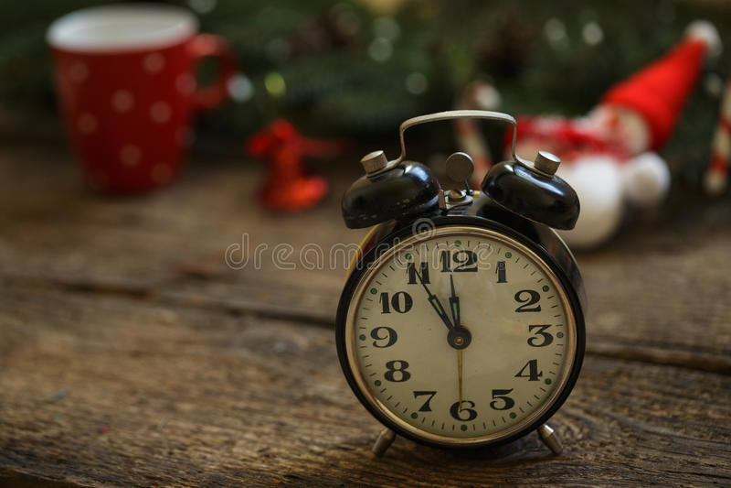 Uitstekende klok op Kerstmisachtergrond stock afbeelding