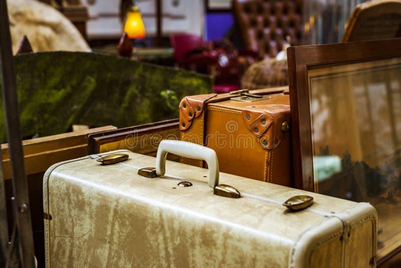 Uitstekende koffer in antieke winkel, Brussel stock fotografie