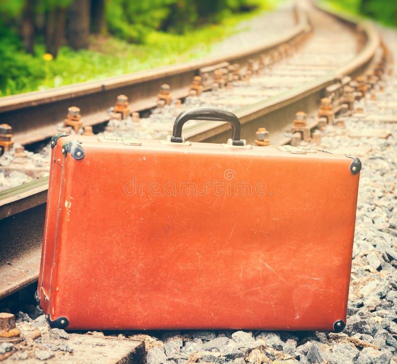 Uitstekende koffer die zich naast de spoorweg bevinden royalty-vrije stock fotografie