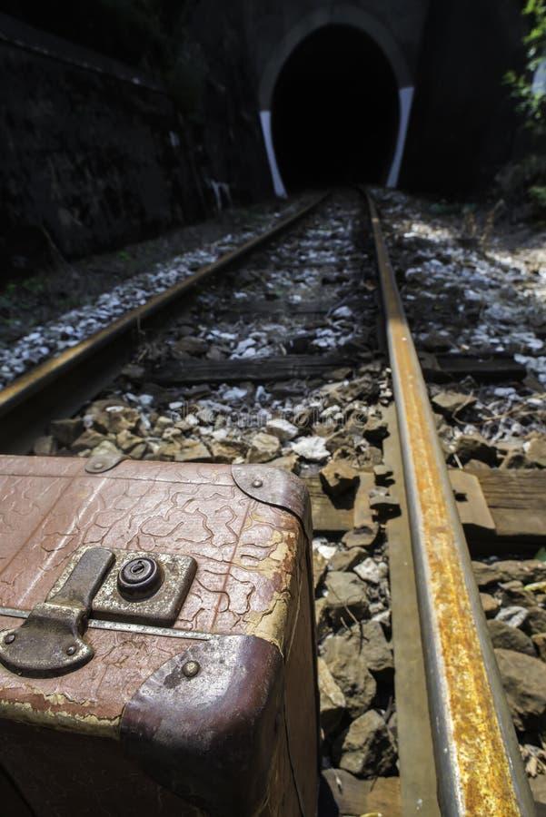 Uitstekende koffer op spoorwegweg stock afbeelding