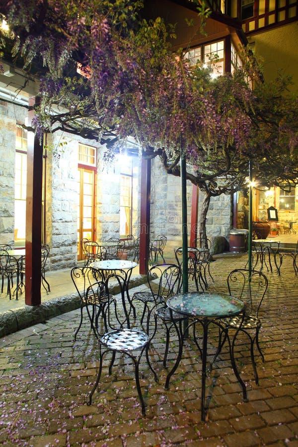 Uitstekende koffie in de open lucht bij nacht stock fotografie