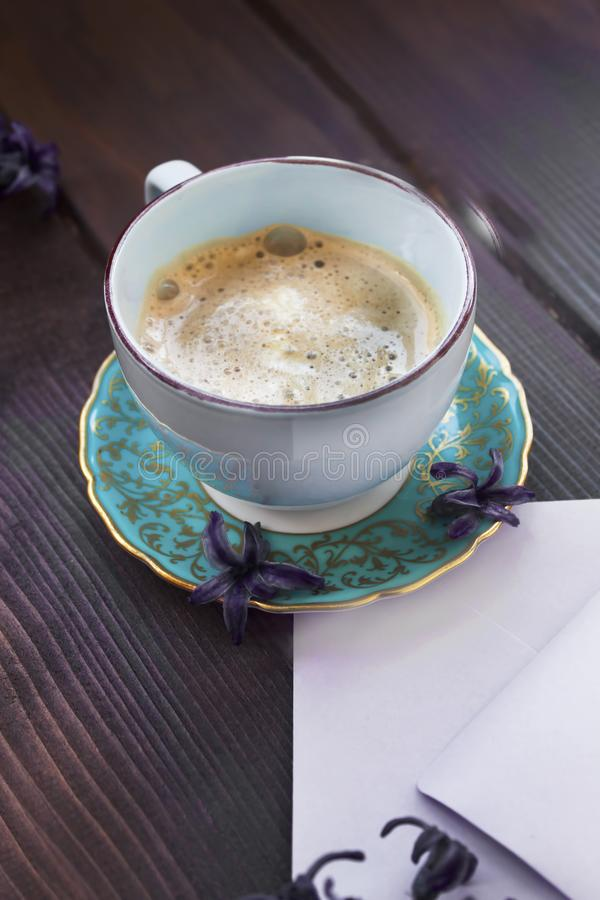 Uitstekende kop og koffie met lilac bloemen stock fotografie