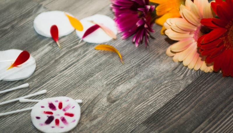 Uitstekende lade, kuuroordhanddoeken en orchideebloemen over schijvenkatoen, lippenstiftschoonheid stock afbeelding