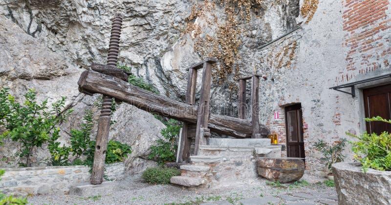Uitstekende landbouwmachine Oude houten wijnpers stock foto