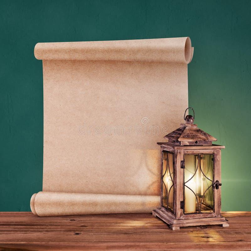 Uitstekende lantaarn met antieke rol op groene achtergrond stock afbeelding