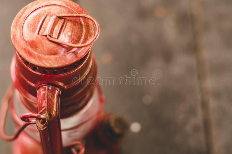 Uitstekende lantaarn op houten vloer, exemplaarruimte aan het recht voor tekst royalty-vrije stock foto's