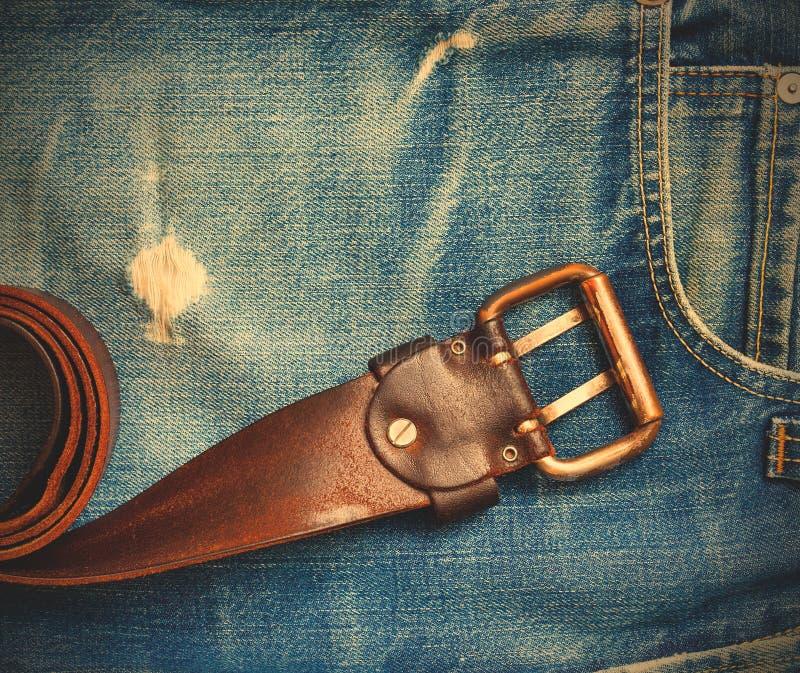 Uitstekende leerriem op oude jeans royalty-vrije stock foto's