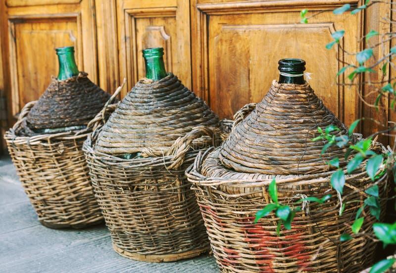 Uitstekende lege rieten wijnflessen royalty-vrije stock foto
