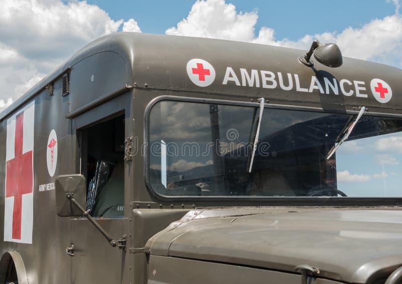 Uitstekende Legerziekenwagen stock foto's