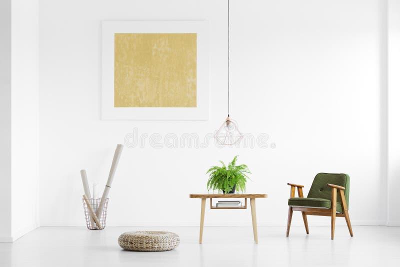 Uitstekende leunstoel in helder binnenland stock foto