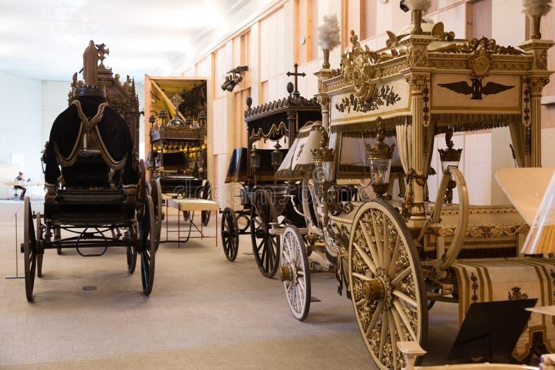Uitstekende lijkwagens in Catafalque Museum stock afbeelding
