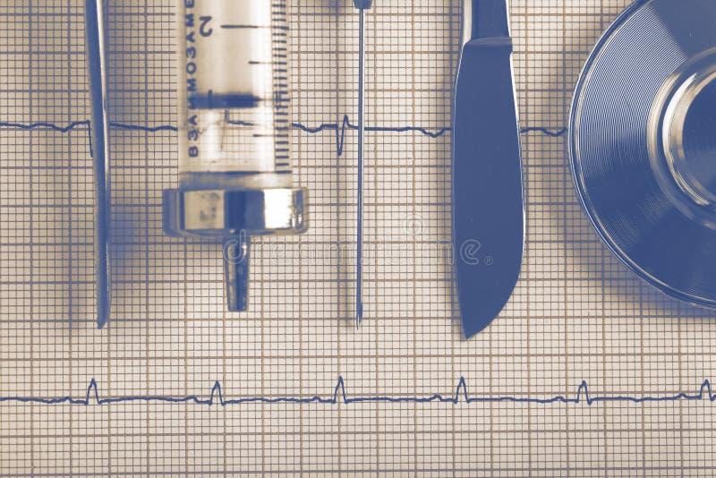 Uitstekende medische hulpmiddelenuitrusting op ECG stock fotografie