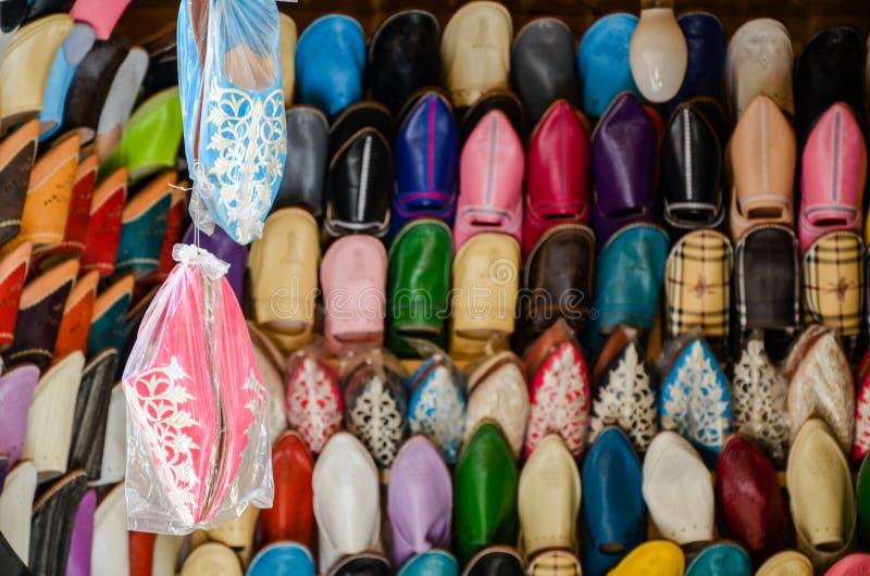 Uitstekende met de hand gemaakte leerschoenen, medina van Fez, Marokko stock foto