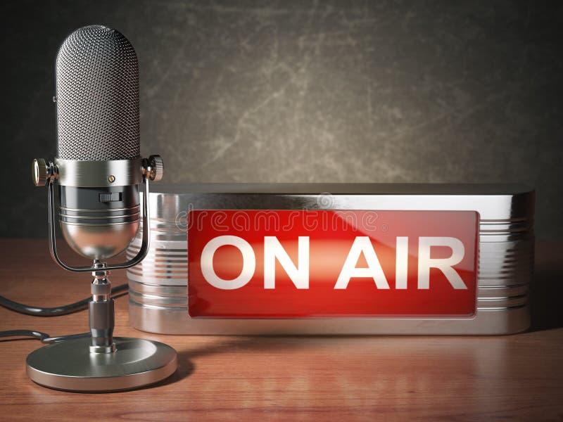 Uitstekende microfoon met uithangbord op lucht Het uitzenden radiostationconcept