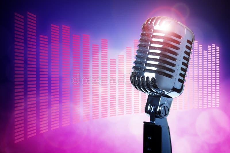 Uitstekende microfoon op stadium stock foto