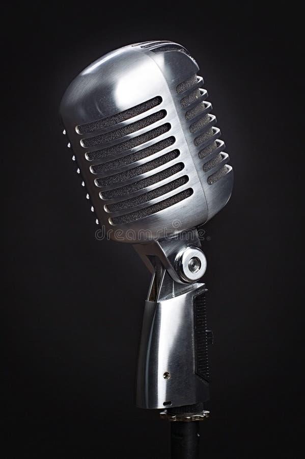 Uitstekende microfoon op zwarte achtergrond stock fotografie