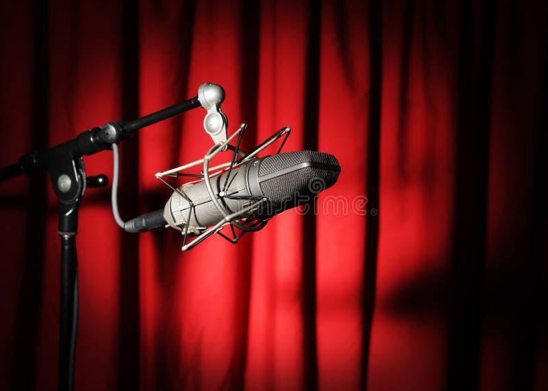 Uitstekende Microfoon over Rood Gordijn royalty-vrije stock foto's