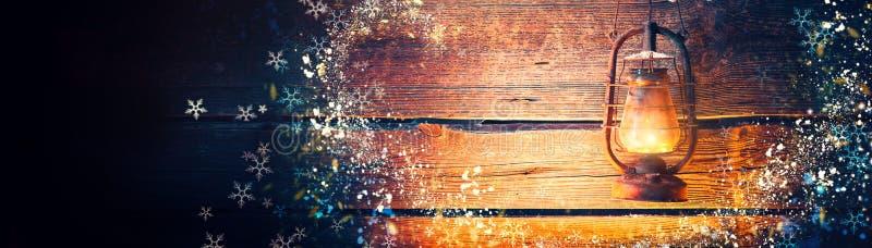 Uitstekende olielamp over de houten achtergrond van de Kerstmisvakantie stock foto