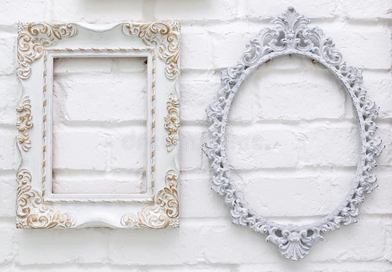 Uitstekende omlijstingen op witte bakstenen muur royalty-vrije stock afbeeldingen