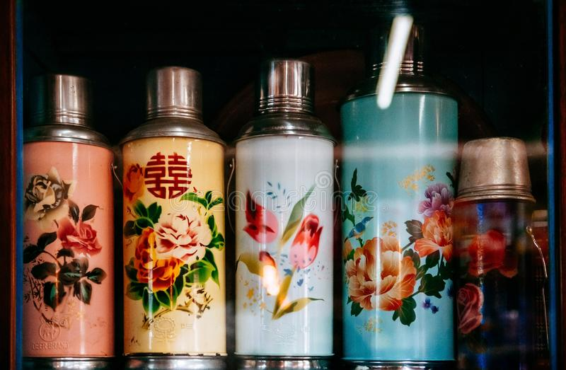 Uitstekende ontwerp Chinese thermofles met het scherm o van het bloempatroon royalty-vrije stock foto