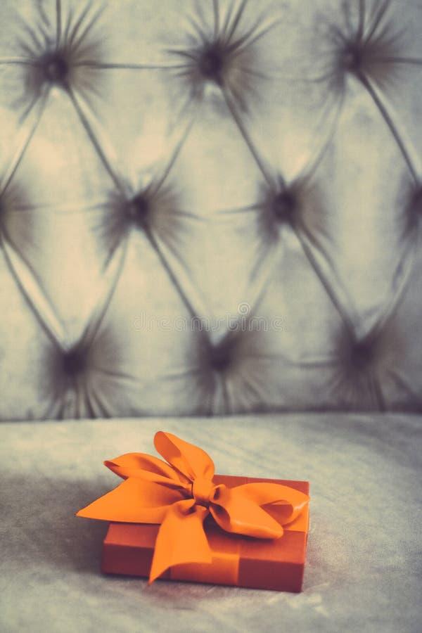 Uitstekende oranje de giftdoos van de luxevakantie met zijdelint en boog, Kerstmis of van de valentijnskaartendag decor royalty-vrije stock afbeelding