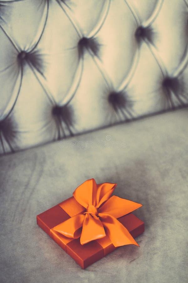Uitstekende oranje de giftdoos van de luxevakantie met zijdelint en boog, Kerstmis of van de valentijnskaartendag decor stock afbeelding
