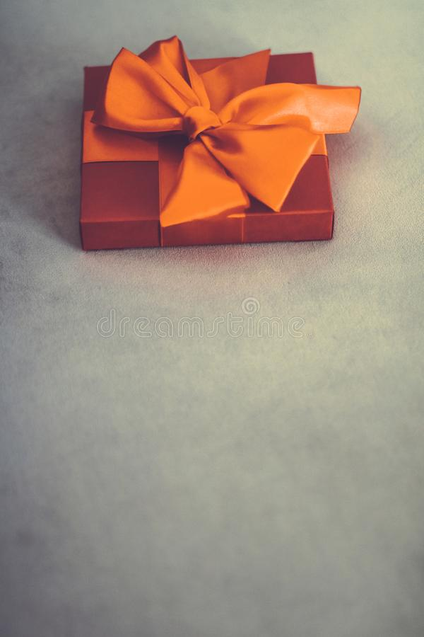 Uitstekende oranje de giftdoos van de luxevakantie met zijdelint en boog, Kerstmis of van de valentijnskaartendag decor stock foto's