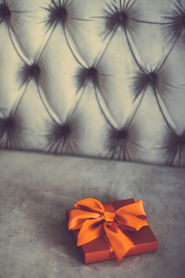 Uitstekende oranje de giftdoos van de luxevakantie met zijdelint en boog, Kerstmis of van de valentijnskaartendag decor stock foto