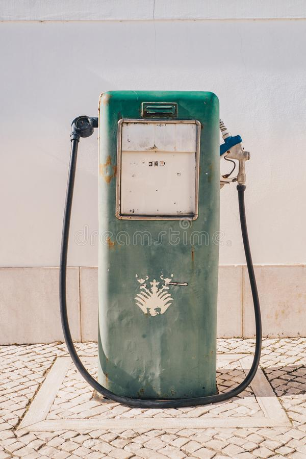 Uitstekende oude benzinepomp en olieautomaat royalty-vrije stock afbeeldingen