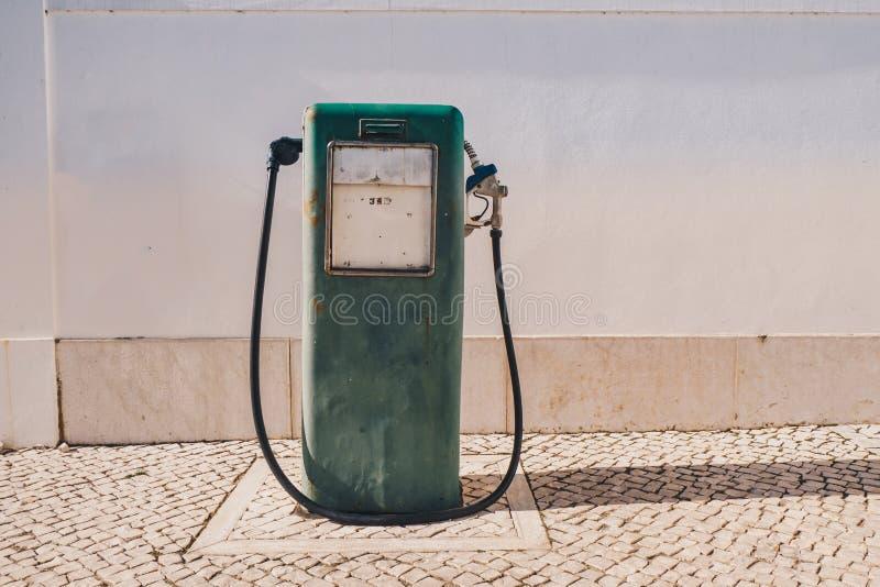 Uitstekende oude benzinepomp en olieautomaat royalty-vrije stock foto