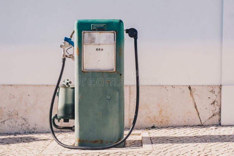 Uitstekende oude benzinepomp en olieautomaat royalty-vrije stock fotografie