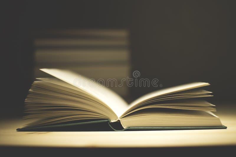 Uitstekende oude boeken op houten deklijst stock afbeeldingen