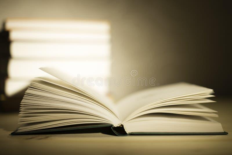 Uitstekende oude boeken op houten deklijst stock foto's