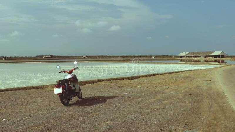 Uitstekende Oude Fiets op Weg aan Overzees Zout Landbouwbedrijf Thailand royalty-vrije stock afbeeldingen