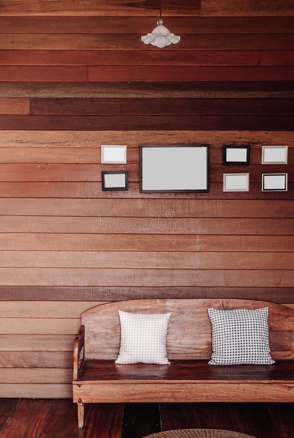 Uitstekende oude houten muurwoonkamer met houten laag, hoofdkussens, royalty-vrije stock afbeelding