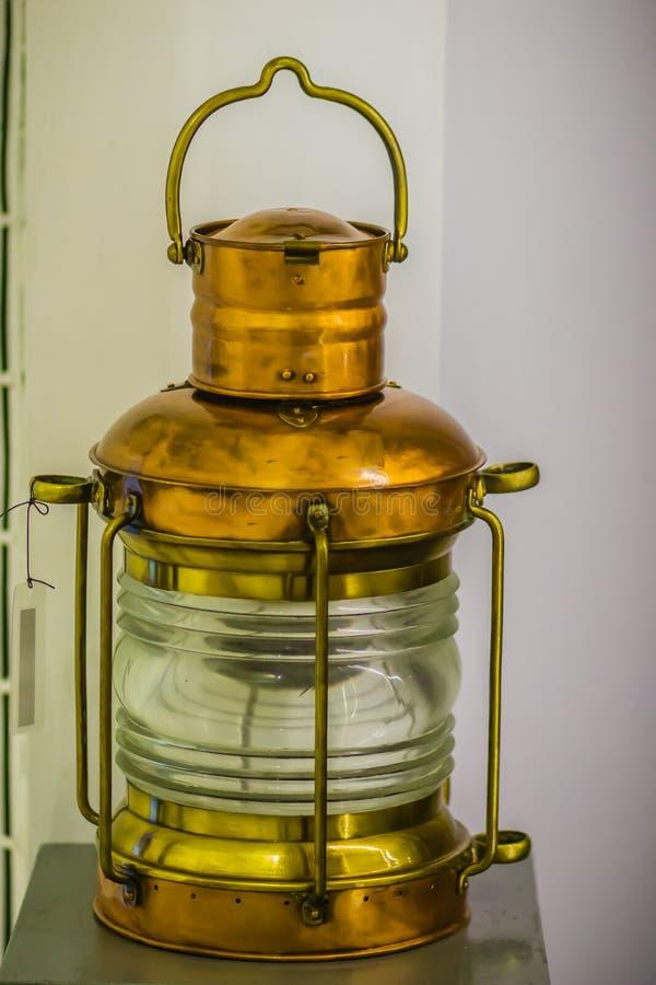 Uitstekende oude onderzeese signaallamp, een visueel signalerend apparaat voor optische mededeling royalty-vrije stock afbeelding