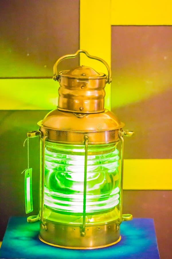 Uitstekende oude onderzeese signaallamp, een visueel signalerend apparaat voor optische mededeling stock foto
