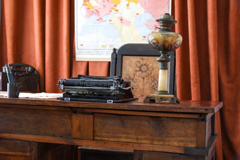 Uitstekende oude werkplaats van Bolsjewieke revolutionair met een schrijfmachine tijdens de revolutie in Rusland stock afbeelding