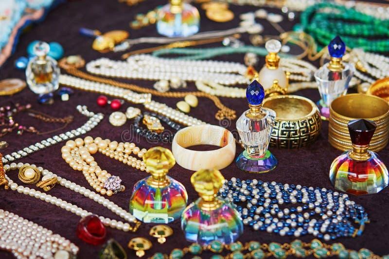 Uitstekende parfumflessen op een vlooienmarkt stock afbeeldingen