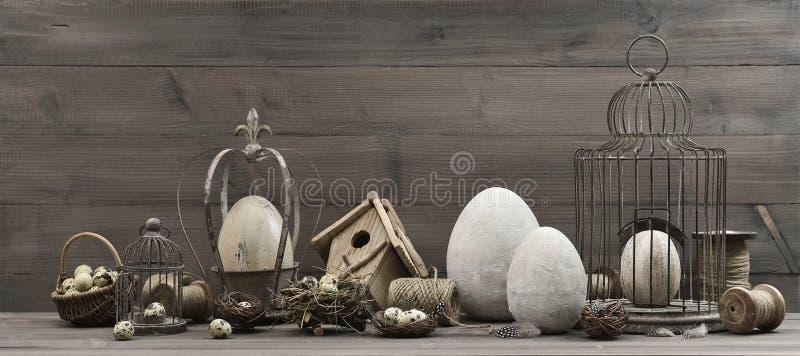 Uitstekende Pasen-decoratie met eieren, nest en birdcage royalty-vrije stock foto