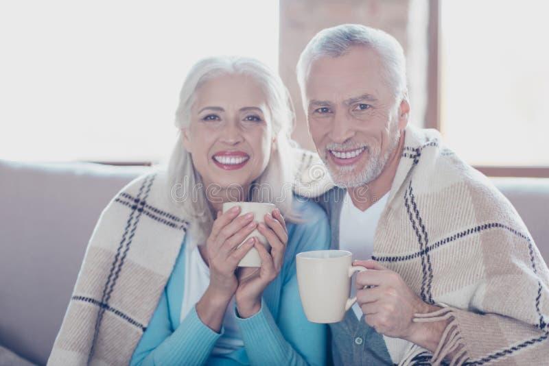 Uitstekende pensionering! Sluit omhoog portret van gelukkige verrukkelijke exci stock fotografie
