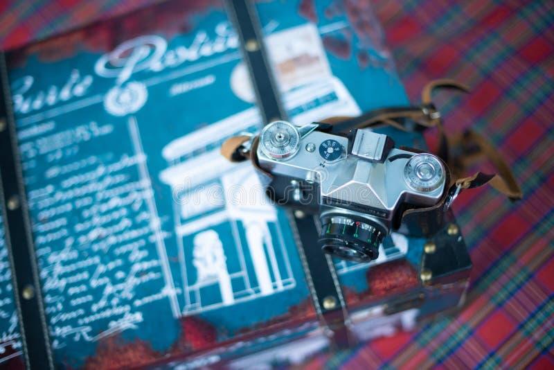 Uitstekende photocamera op de reiszak stock afbeelding